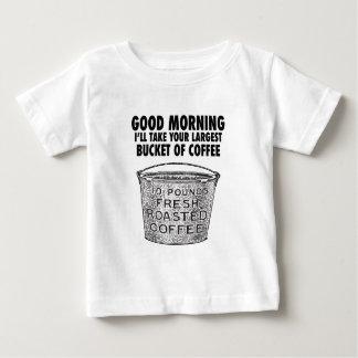 Café por el cubo camiseta de bebé