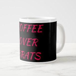 Café sobre la taza de los palos de golf
