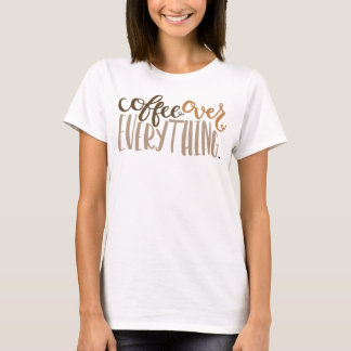Café sobre todo la camiseta de las mujeres