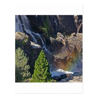 Caídas del arco iris de la corriente de la cascada postal