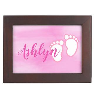 Caja De Recuerdos Pequeño nombre de los pies del bebé de la huella
