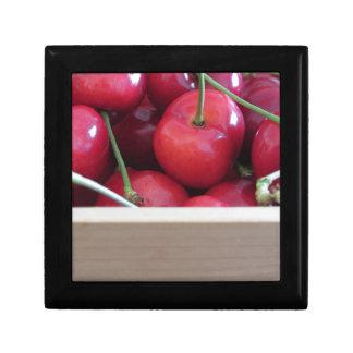 Caja De Regalo Frontera de cerezas frescas en fondo de madera