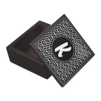 Caja De Regalo Remolinos blancos y negros con el monograma de
