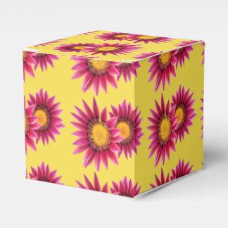caja de regalo rosada de dos flores de la púrpura