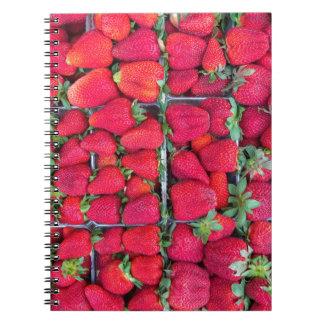 Cajas llenadas de las fresas rojas cuaderno