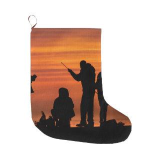 Calcetín Navideño Grande Gente que pesca en el rompeolas