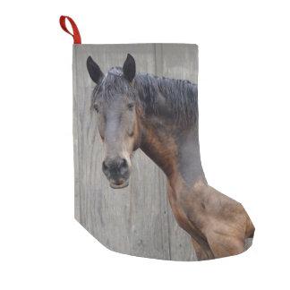 Calcetín Navideño Pequeño El caballo oscuro en la granja después de la