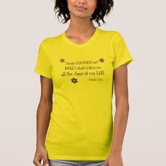 Calidad y misericordia - 23:6 del salmo (oro) camisetas