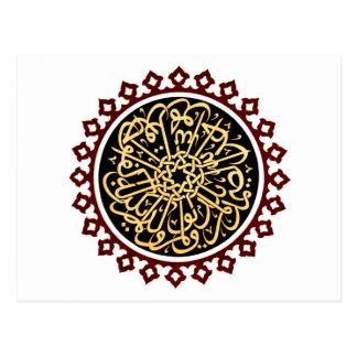 Caligrafía islámica escrita en el techo postal