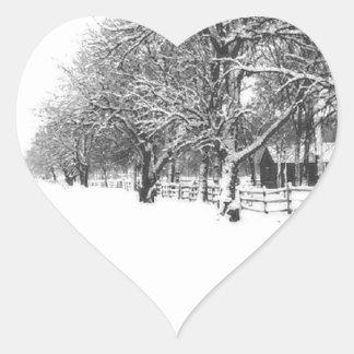 Calle de la conferencia en el pleno invierno pegatina en forma de corazón