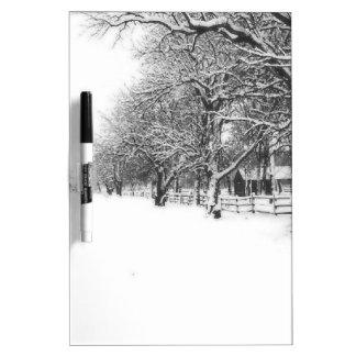 Calle de la conferencia en el pleno invierno pizarra blanca