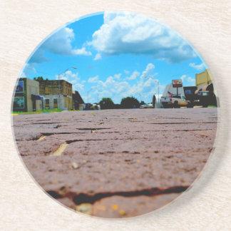Calle principal de la pequeña ciudad posavasos