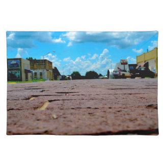 Calle principal de la pequeña ciudad salvamanteles