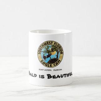 Calva es la taza de café hermosa de Eagle calvo