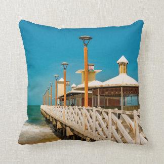 Calzada del rompeolas en la playa de Fortaleza Cojín Decorativo