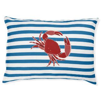 Cama horizontal azul y blanca del cangrejo de la
