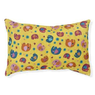 cama linda del perro amarillo con los elefantes