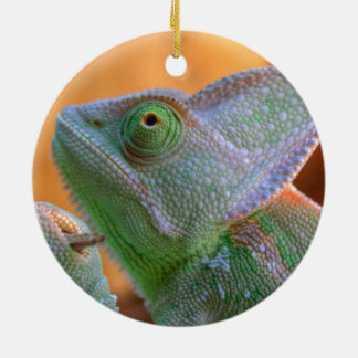 Camaleón velado relajado adorno navideño redondo de cerámica