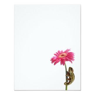 Camaleón verde en la flor rosada invitación 10,8 x 13,9 cm