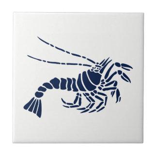 Camarón azul en la baldosa cerámica blanca