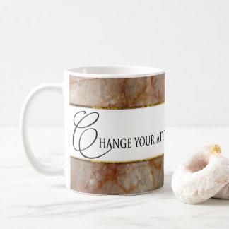 Cambie la actitud, cambie la taza de la vida -