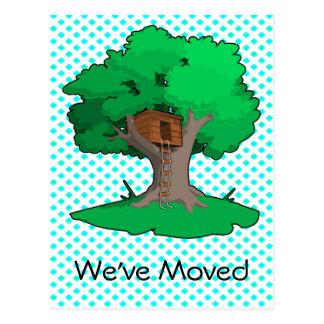 Cambio de la casa en el árbol de postal de la