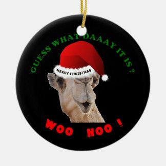 Camello del ornamento del navidad del día de chepa adorno redondo de cerámica