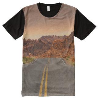 Camino/carretera - puesta del sol - valle del camiseta con estampado integral
