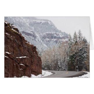camino curvado nevoso tarjeta