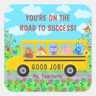 Camino lindo del autobús de la escuela primaria a pegatina cuadrada