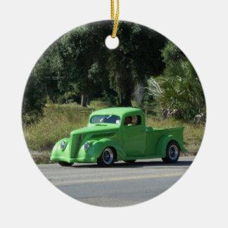 Camión antiguo adorno navideño redondo de cerámica