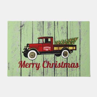 Camión del vintage su granja de árbol de navidad