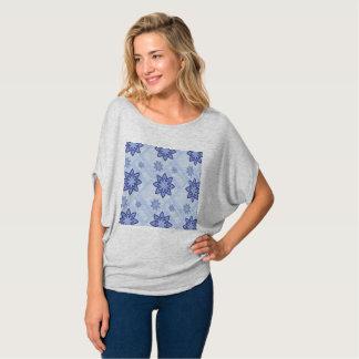 Camisa azul del estampado de flores