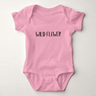 """Camisa del bebé de la """"flor salvaje"""""""