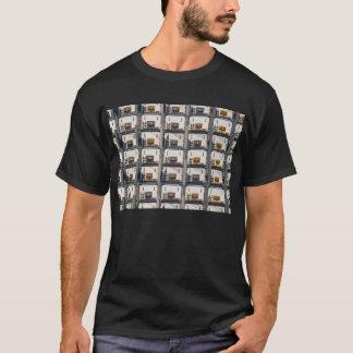 Camisa oscura con la exhibición del estadio del