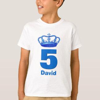 Camiseta 5to Corona del cumpleaños y muchacho conocido de
