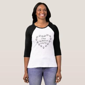 Camiseta Abrazo mi gato negro cada día en un corazón de la