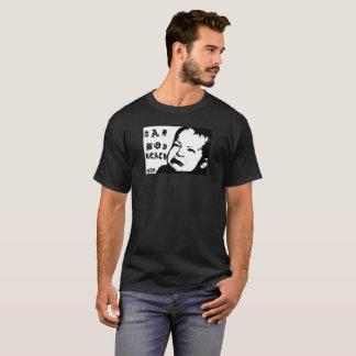 Camiseta alcance triste del muchacho