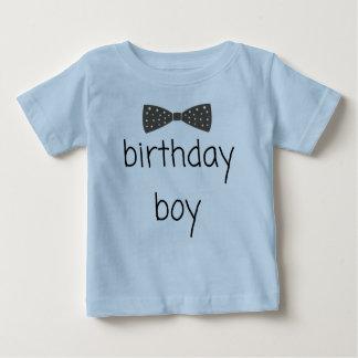 Camiseta apuesta del muchacho del cumpleaños con