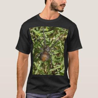 Camiseta Araña del Redback en hierba verde,