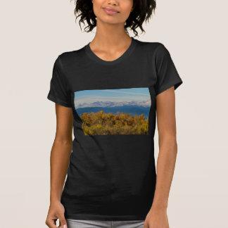 Camiseta Árboles coloridos y picos de montaña majestuosos
