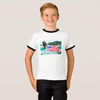 Camiseta básica del águila de la bandera de los