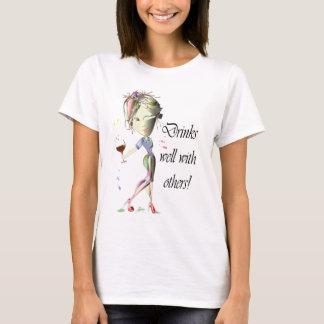 Camiseta Bebidas bien con otras, arte divertido del vino