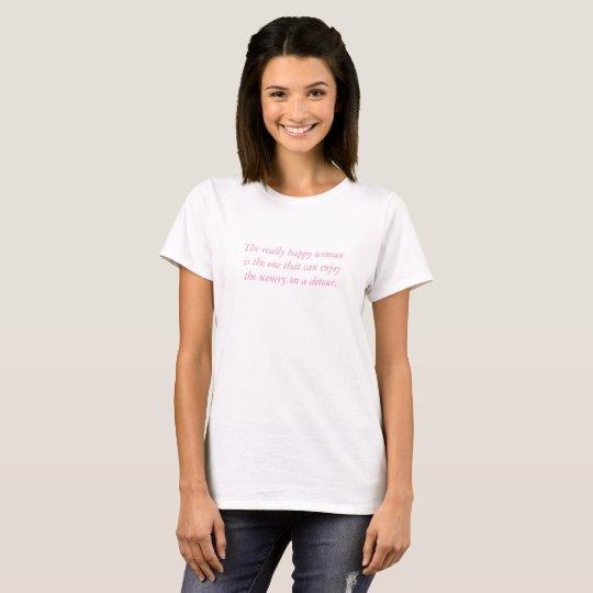 Camiseta blanca con palabras rosadas de la