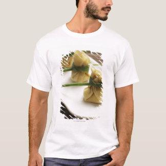 Camiseta bolas de masa hervida insensibles con la salsa de