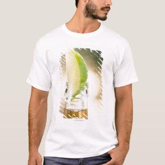 Camiseta Botella de cerveza con la cuña de la cal