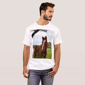 Camiseta Caballo de la castaña que huele un árbol del