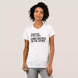 Camiseta Café en una mano, confianza en el otro