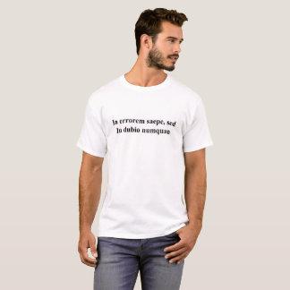 Camiseta CAMISA, LATÍN: A menudo en error, pero nunca en