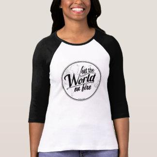 Camiseta Camiseta-Sistema del béisbol el mundo en el fuego